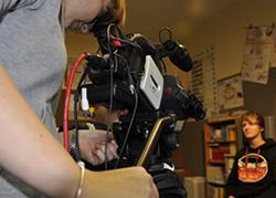 Schülerinnen und Schüler bei der Arbeit mit der Kamera. [rechts]