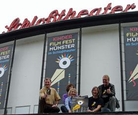 KinderFilmFest-Team auf dem Vordach des Schloßtheaters [rechts]