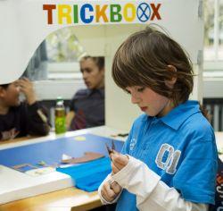 Kind bei der Arbeit mit der Trickboxx. [rechts]