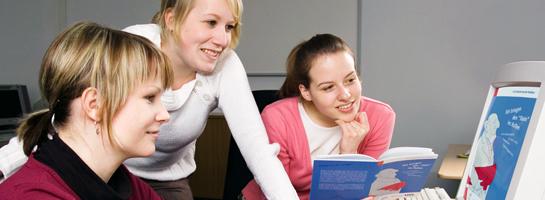 Schülerinnen vor einem Computer