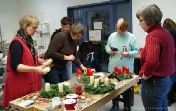 Dezember 2010: Einige Eltern treffen sich zum Basteln von Adventskränzen im Werkraum