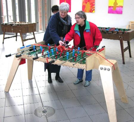 Frau Sagenschneider und Frau Müller schneiden gemeinsam das rote Band durch und eröffnen damit das diesjährige Kickertunier.