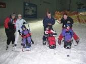 """Die ersten Schüler der Löchterschule, die sich in der Skihalle in Neuss in den Monoski """"trauten""""."""