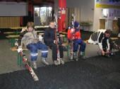 Eine kleine Skigruppe wartet auf den großen Auftritt.