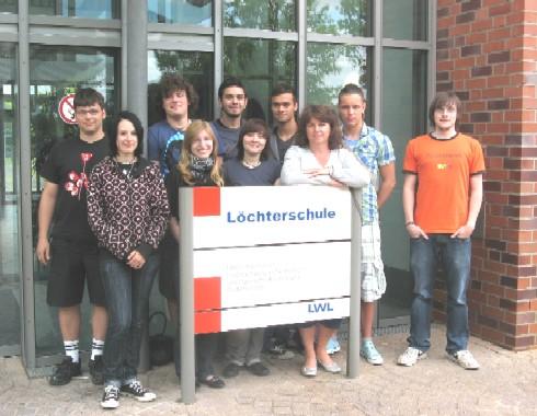Frau Koch (Pflegeleitung), die FSJlerInnen und die Zivis der Löchterschule (2009).