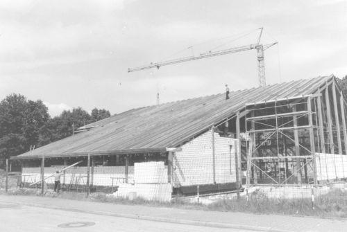1982 - Bau der Turnhalle (Blick vom heutigen Lehrerparkplatz auf die Vorderseite)