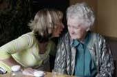 Eine alte Frau wird betreut.