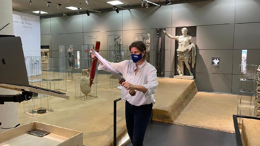 Museumspädagogin bei einer Online-Führung