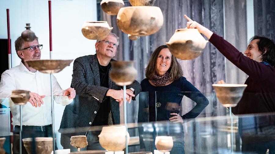 Besucher vor der Installation der hängenden Krüge in der Dauerausstellung