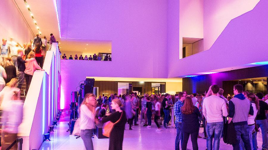 Foyer des LWL-Museums für Kunst und Kultur mit pinker Beleuchtung.