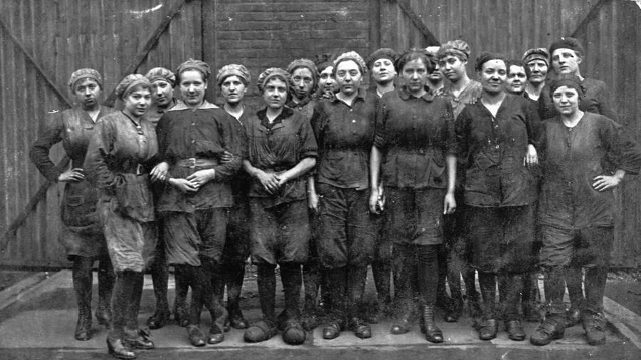 Junge Arbeiterinnen_900px.jpg