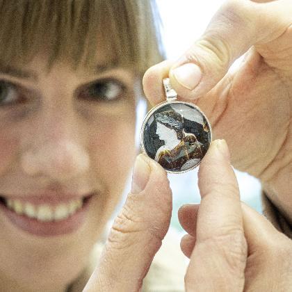 Museumspädagogin zeigt ein Objekt