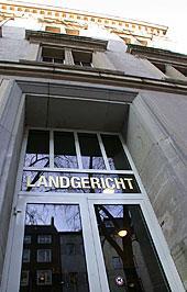 """Das Foto zeigt eine Tür mit dem Schriftzug """"Landgericht"""""""