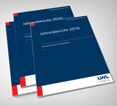 Grafik: mehrere Exemplare des Berichts der Beschwerdekommission Maßregelvollzug