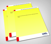 Grafik: mehrere Exemplare des Berichts der  Beschwerdekommision Maßregelvollzug