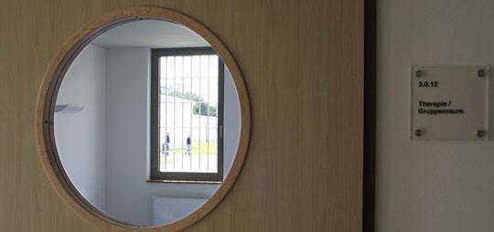 Blick in einen Therapieraum mit Gittern vorm Fenster