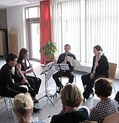 Vier Musiker spielen Klarinette