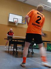 Zwei Tischtennisspieler beim Ballwechsel