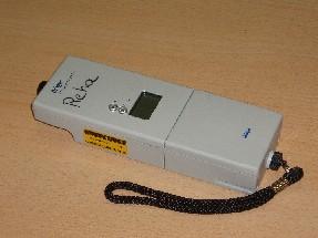 auf dem Bild ist ein Alkoholtestgerät zu sehen, wie man es auch bei der Polizei bei Kontrollen benutzt. Man pustet hinein und das Gerät zeigt an, wieviel Promille die Person im Blut hat.