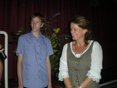Frau Offenberg mit dem Klassensprecher der 10B (Patrick)