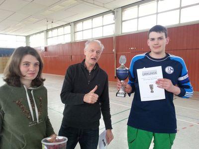 Christian (9a) erhält Pokal und Urkunde von Herrn Winter und der Schülersprecherin Sahra