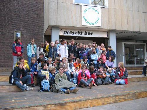 """Die Klassen 5 und 6 besuchen die Sommerakademie zum Thema: """"Auf die Plätze: Fertig!""""  Studentinnen der Kunstakademie Münster führen die Schülerinnen und Schüler zu einigen Kunstwerken in der Innenstadt, die einen öffentlichen Platz gestalten."""