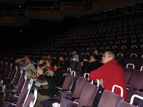 Klasse 6a im Zuschauerraum des Theaters