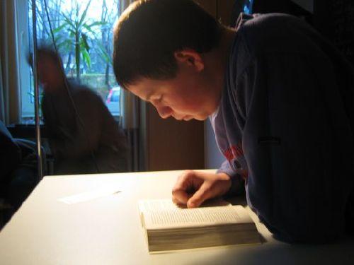Auch Leo aus Klasse 10 betätigt sich als Vorleser!