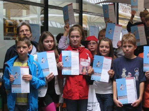 Gruppenbild mit Urkunde