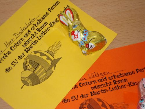 Die SV verteilt einen Ostergruße mit Schokohasen an die Schüler und Lehrer