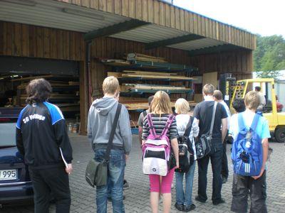 Herr Damwerth erklärt den Weg des Holzes durch den Betrieb