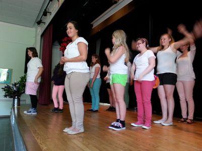 Tanzeinlage der Mädchen aus Stufe 7 bei der Abschlussfeier