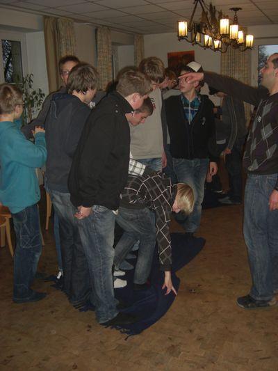 Teamwork: Wendet die Decke, ohne dass jemand den Fussboden berührt!