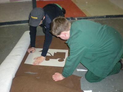 Vorbereitungen für eine Intarsienarbeit mit Teppichen