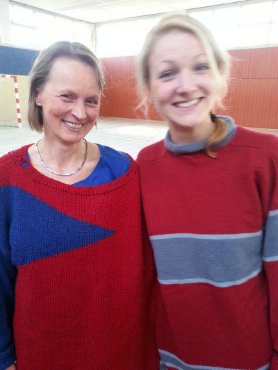 Durch eine Textilie für immer verbunden - Lehrkräfte beim Einlagespiel gegen die Mädchen!