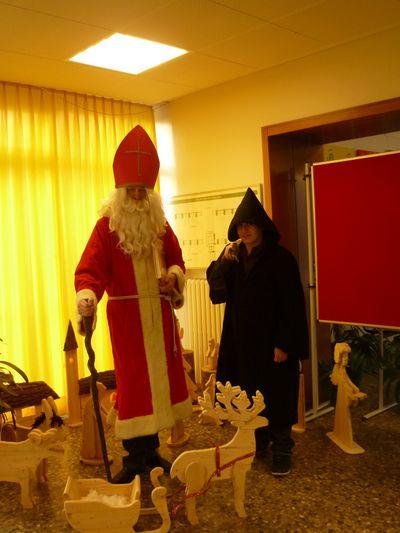 Der heilige St. Nikolaus mit seinem Gehilfen an der MLK-Schule