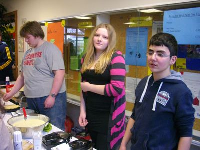Schülerinnen und Schüler der Stufe boten frische Waffeln und Glühpunsch an!