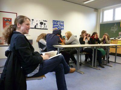 Die merkwürdige Haltung der Zuhörer lag definitiv am Fotografen, nicht an der Vorleserin...