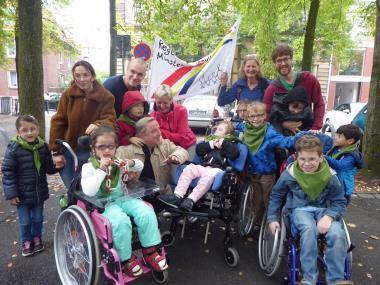 Tatort-Kommissar Thiel trifft Schüler der LWL-Regenbogenschule auf dem Domplatz in Münster: Schauspieler Axel Prahl (vorne 3.v.l.) nahm sich viel Zeit für sie.<br>Foto: LWL