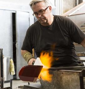 Der Glaskünstler Scott Chaseling bei der Arbeit.<br>Foto: Scott Chaseling