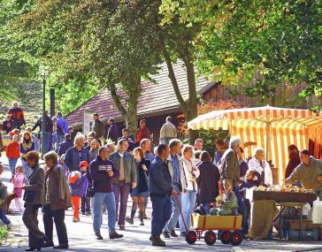 Auf dem Herbstfest gibt es nicht nur Stände mit Feinkost, sondern auch jede Menge Informationen, Aktionen und kunstgewerbliche Angebote.<br>Foto: LWL