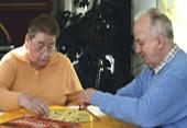 Das Foto zeigt Senioren beim Mensch-Ärgere-Dich-Nicht-Spiel.