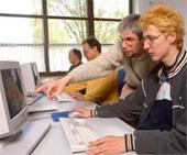 Menschen beim Arbeiten mit dem Computer.