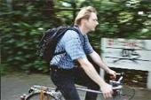 Das Foto zeigt eine männliche Person beim Radfahren.
