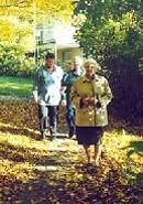 Menschen beim Spaziergang.
