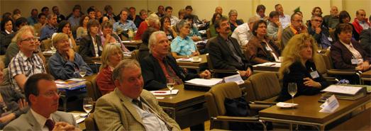 Das Foto zeigt Personen auf einer Fachtagung im Landeshaus.