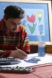 Das Foto zeigt einen malenden Mann.
