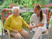 Das Foto zeigt zwei Personen im Gespräch.
