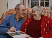 Das Foto zeigt zwei Personen auf dem Sofa.