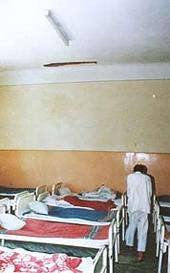 Das Foto zeigt einen Schlafsaal eines Krankenhauses.